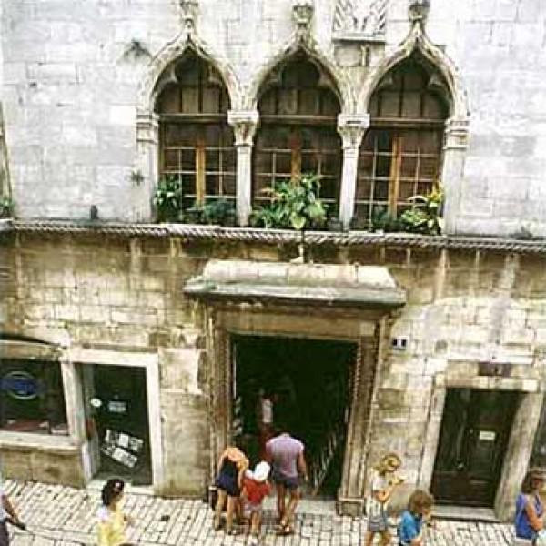 Casa gotica patrimonio storico parenzo istria portale for Casa di architettura gotica